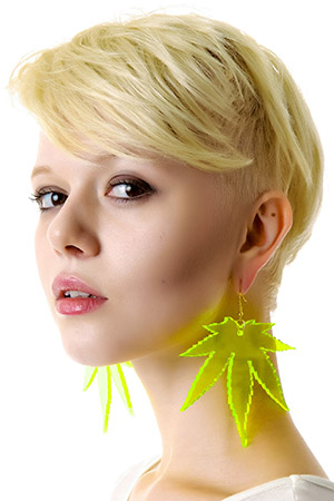 블랙피치marijuana leaf earrings